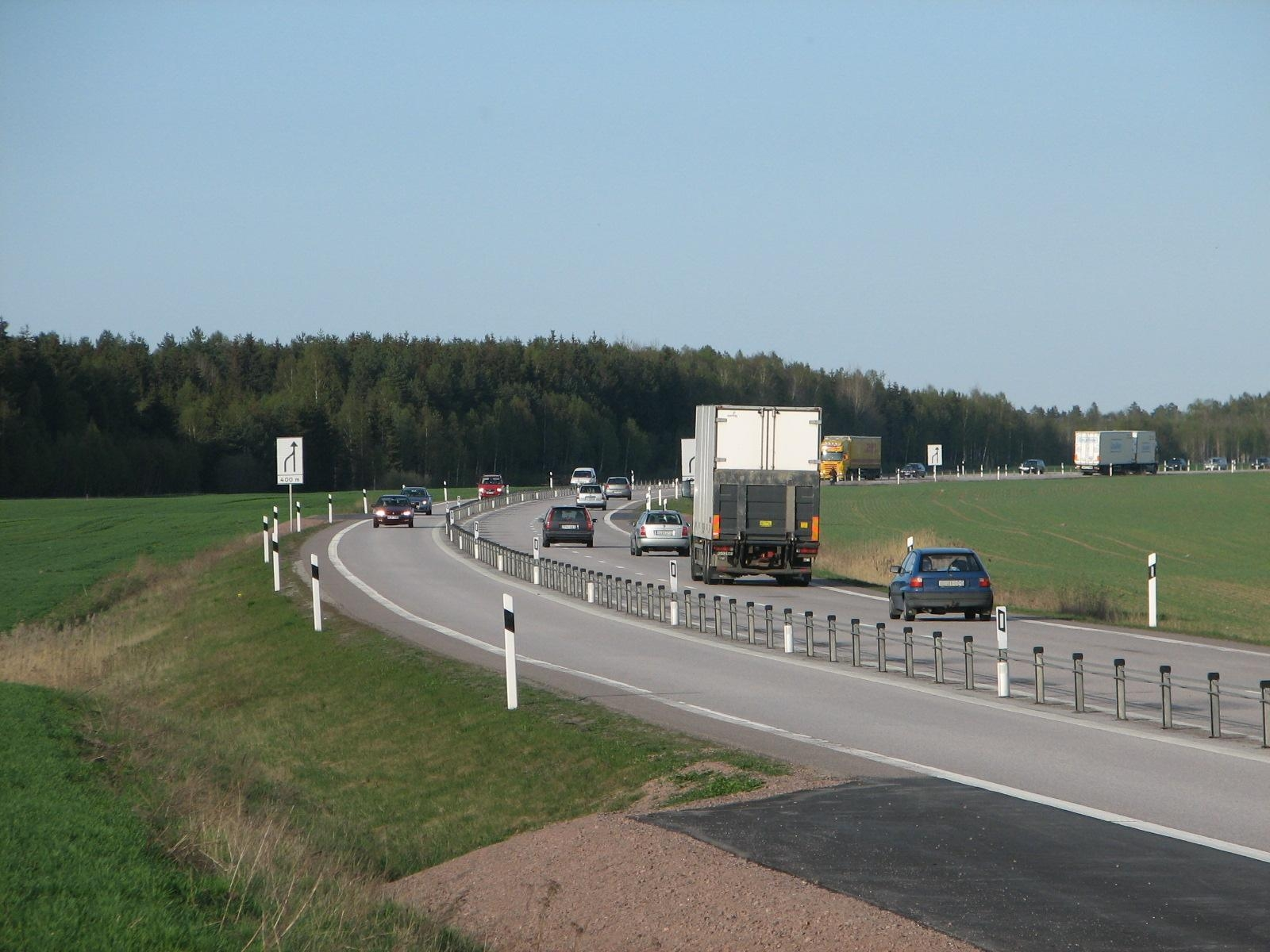 A cable barrier on a three lane road (with alternating passing lane) in Sweden. Photo: Wikipedia.