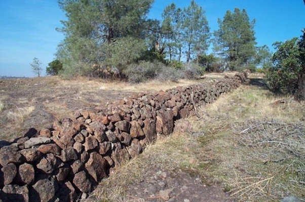 A stone wall in the Sierra foothills. Photo: Glynnis Campbell via pinterest