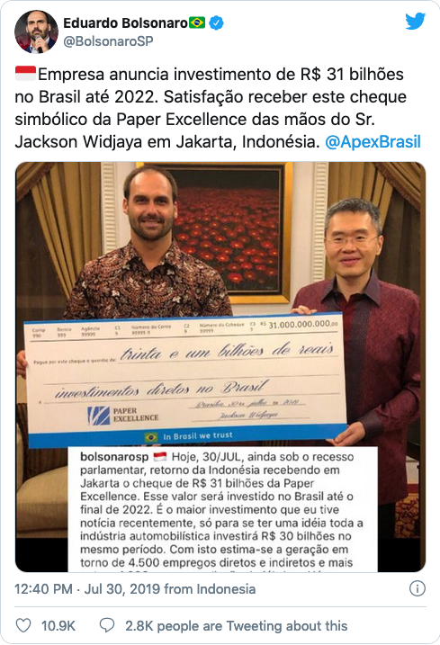 July 30, 2019 tweet from Eduardo Bolsonaro, son of Brazil's far-right president, receiving symbolic cheque worth US$3.5 billion from Jackson Widjaja, the amount Bolsonaro said would have been invested if the pulp mill deal went through.